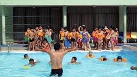 Dạy bơi cho học sinh tại trường Tiểu học Nguyễn Bỉnh Khiêm, quận 1, TPHCM