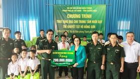 Bộ đội Biên phòng TPHCM tặng 200 triệu đồng cho Trung tâm Nuôi dạy trẻ khuyết tật Võ Hồng Sơn. Ảnh: Minh Anh