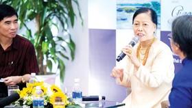 """Tác giả Thái Kim Lan tại buổi giao lưu ra mắt sách  """"Mai rồi mưa tạnh trong xuân"""" tại Hà Nội"""