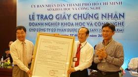 Lễ trao giấy chứng nhận doanh nghiệp KH-CN cho Công ty CP Dược phẩm Savi (Savipharm), doanh nghiệp KH-CN đầu tiên của TPHCM trong lĩnh vực dược, vào ngày 27-8-2018.