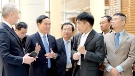 Đồng chí Trần Lưu Quang cùng các thành viên Đoàn đại biểu cấp cao TPHCM trao đổi kinh nghiệm việc vận hành, khai thác tòa nhà hành chính mới của Saint Petersburg