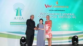 """Đại diện VinCommerce lên nhận giải tại lễ vinh danh """"Doanh nghiệp trách nhiệm Châu Á"""""""