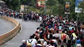 Hàng ngàn người Honduras tìm cách sang Mỹ. Ảnh: EPA