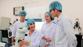 Sinh viên  Trường ĐH Quốc tế  (ĐH Quốc gia TPHCM) trong giờ học  thực hành  tại phòng thí nghiệm
