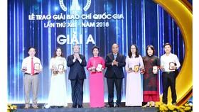 Thủ tướng Nguyễn Xuân Phúc và Thường trực Ban Bí thư Trần Quốc Vượng  trao giải A cho các tác giả đoạt giải. Ảnh: TTXVN