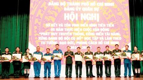 Đại diện các tập thể, cá nhân được Bộ Tư lệnh TPHCM khen thưởng. Ảnh: QUANG HUY