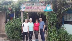 Người nước ngoài trải nghiệm du lịch ĐBSCL tại một homestay