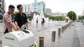 Bỏ rác đúng nơi, đúng thùng phân loại rác  trên Phố đi bộ Nguyễn Huệ, quận 1.