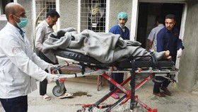 Chuyển bệnh nhân đến bệnh viện sau vụ nổ tại Kabul. Ảnh: AFP/TTXVN