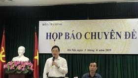Ông Đặng Quyết Tiến, Cục trưởng Cục Tài chính doanh nghiệp trả lời tại buổi họp báo. Ảnh:VGP