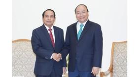 Thủ tướng Chính phủ Nguyễn Xuân Phúc tiếp đồng chí Bounthong Chithmany, Phó Thủ tướng Chính phủ Lào. Ảnh: VGP/Quang Hiếu