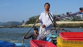 Anh Dương điều khiển tàu cá ra khỏi cửa biển Mỹ Á