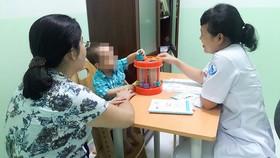 Bác sĩ đang khám một trường hợp trẻ mắc chứng rối loạn tăng động giảm chú ý và và tư vấn cho phụ huynh
