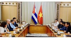 Chủ tịch UBND TP Nguyễn Thành Phong tiếp Bộ trưởng Ngoại thương và Đầu tư nước ngoài Cuba Rodrigo Malmierea Diaz