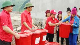 Trao hàng cứu trợ của Hội Chữ thập đỏ Việt Nam cho người dân huyện Mường La (Sơn La) bị thiệt hại do mưa lũ