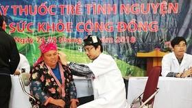 Bác sĩ trẻ tình nguyện khám bệnh cho bà con dân tộc ở Mường Nhé
