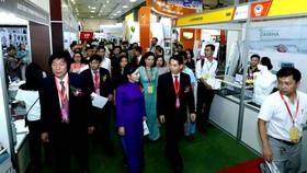 Bộ trưởng Bộ Y tế Nguyễn Thị Kim Tiến thăm quan các gian hàng tại triển lãm VietNam Medi - Pharm 2018