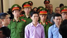 Xét xử vụ tai biến chạy thận làm 8 người tử vong: Bác sĩ Hoàng Công Lương bình thản ra tòa