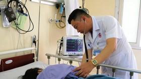 Bác sĩ Bệnh viện Việt Nam - Thụy Điển Uông Bí kiểm tra sức khỏe nữ bệnh nhân ngộ độc trứng kiến