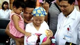 Mẹ con bé Bình An ra viện - Điều kỳ diệu và hạnh phúc