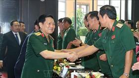 Đại tướng Ngô Xuân Lịch, Ủy viên Bộ Chính trị, Phó Bí thư Quân ủy Trung ương, Bộ trưởng Bộ Quốc phòng với các đại biểu. Ảnh: TTXVN