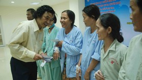 Nhà báo Huỳnh Thanh Luân, Trưởng Công tác bạn đọc - Chương trình xã hội Báo SGGP trao quà cứu trợ tận tay các bệnh nhân nghèo