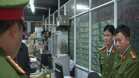 Công an đang tiến hành kiểm kê sau khi khám xét trụ sở Hợp tác xã Thương mại, Dịch vụ Thuận Thành