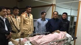 Phó Giám đốc Công an tỉnh Thừa Thiên - Huế Lê Văn Vũ thăm hỏi và động viên Đại úy Nguyễn Văn Cảm