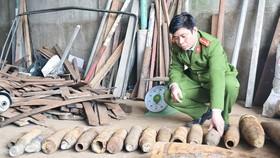 Công an đang kiểm kê số vỏ đạn pháo tàng trữ tại cơ sở mua bán phế liệu của Trương Thị Phương