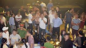 Đại tá Lê Văn Vũ ,Phó Giám đốc Công an tỉnh Thừa Thiên – Huế táo sơ mi xanh) trực tiếp chỉ đạo kiểm tra hành chính và bắt giữ số lượng lớn ma túy tổng hợp tại Bar  ASTA