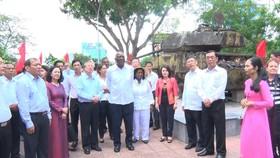Đồng chí Trần Quốc Vượng và đồng chí Salvado Valdés Mesa thăm di tích Nhà ga – lô cốt Đông Hà.