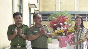 Đại tá Lê Văn Vũ, Phó Giám đốc Công an tỉnh Thừa Thiên – Huế (giữa) tặng hoa đại diện nữ phạm nhân đang cải tạo tại Trại tạm giam Công an tỉnh Thừa Thiên – Huế