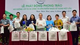 Chủ tịch UBND tỉnh Thừa Thiên - Huế trao túi vải và chai thủy tinh cho cán bộ văn phòng