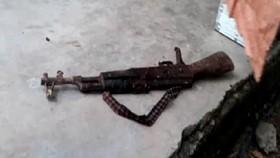 Khẩu súng AK bị thu giữ tại nhà ông Quang