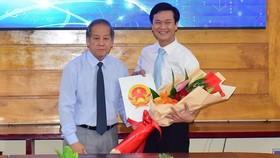 Chủ tịch UBND tỉnh Thừa Thiên - Huế Phan Ngọc Thọ (bìa trái) trao Quyết định bổ nhiệm ông Nguyễn Xuân Sơn làm Giám đốc Sở TT-TT  