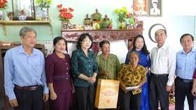 Phó Chủ tịch nước Đặng Thị Ngọc Thịnh thăm tặng quà gia đình thương binh ¼ Nguyễn Dương Vĩnh tại TX. Đồng Xoài