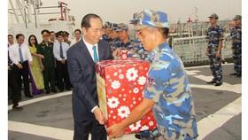 Chủ tịch nước thăm, chúc Tết cán bộ chiến sĩ Vùng Cảnh sát biển 3
