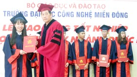 Đại học Công nghệ Miền Đông trao bằng Dược sĩ hệ chính quy khóa đầu tiên