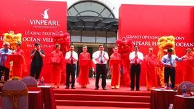 Phó Thủ tướng Chính phủ Vương Đình Huệ và các đại biểu cắt băng khai trương