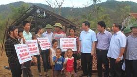 Phó Thủ tướng Vương Đình Huệ và đoàn công tác đến thăm hỏi, động viên, chia sẻ, tặng quà cho người dân ở huyện Kỳ Anh, tỉnh Hà Tĩnh bị thiệt hại nặng do bão số 10