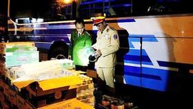 Lực lượng chức năng đang kiểm tra lô hàng vận chuyển trên xe khách. Nguồn ảnh: Công an Hà Tĩnh