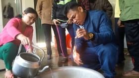 Giếng nước bị nhiễm dầu, khi lấy que củi nhúng vào nước và châm lửa đốt vẫn cháy bình thường