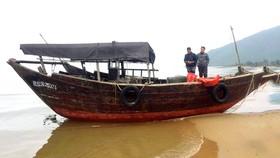 Chiếc tàu cá dạt vào bờ biển