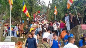 Rất đông du khách thập phương về chùa Hương Tích trong ngày khai hội
