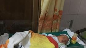 Bé trai sơ sinh đang được chăm sóc tại bệnh viện