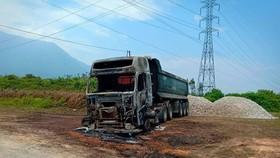 Phần đầu xe ô tô bị ngọn lửa thiêu rụi còn trơ lại bộ khung