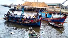 Trục vớt 2 tàu cá sau khi bị chìm ở khu vực cảng biển Vũng Áng
