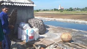 Muối làm ra khó tiêu thụ, ông Lê Doãn Sơn (62 tuổi, ở xã Hộ Độ) phải đóng muối vào các bao bì với hy vọng có thương lái đến mua