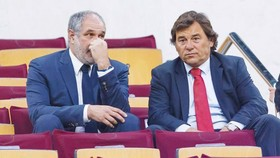 Sanllehi (phải) bị sa thải. Ảnh: Getty Images