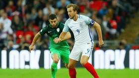 Harry Kane (phải) trong lần mang băng đội trưởng tuyển Anh. Ảnh: Getty Images